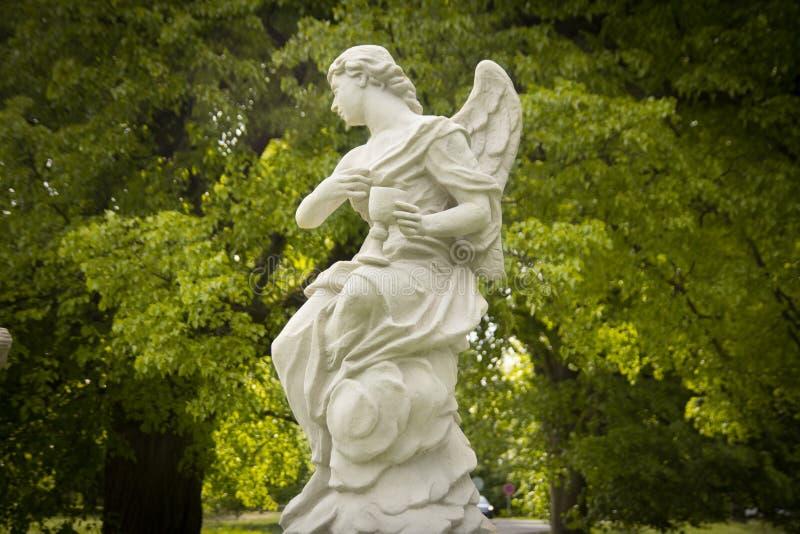 Anioł statua w ogródzie zdjęcia stock
