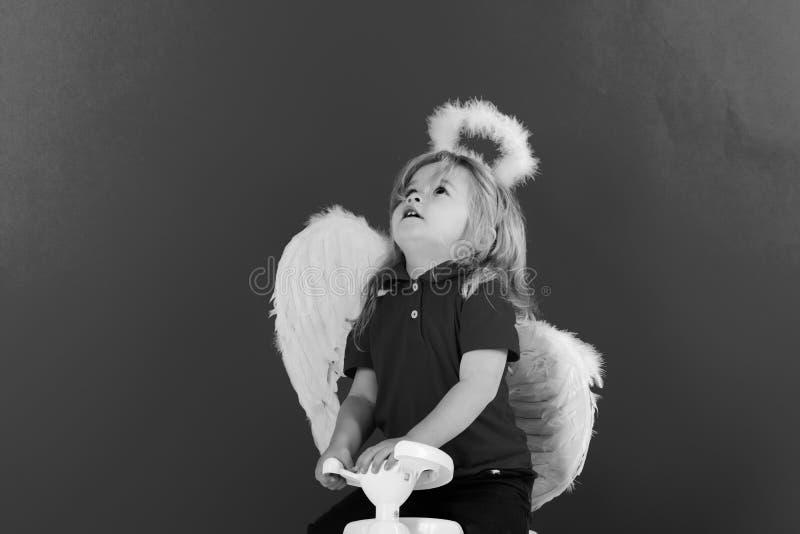 Anioł szczęśliwa chłopiec na czerwonym tle dla valentine powitania zdjęcie stock