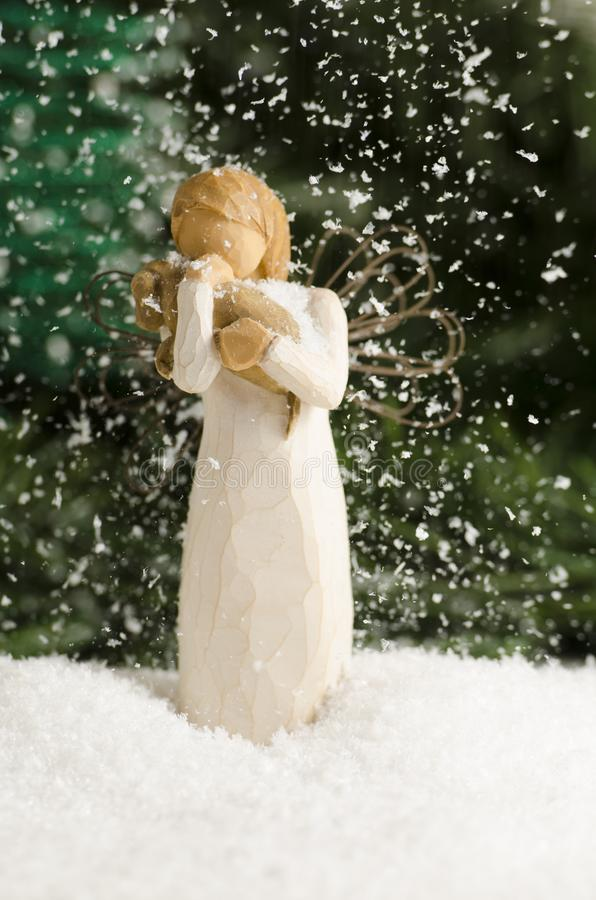Anioł w śnieżnym spadku obrazy royalty free