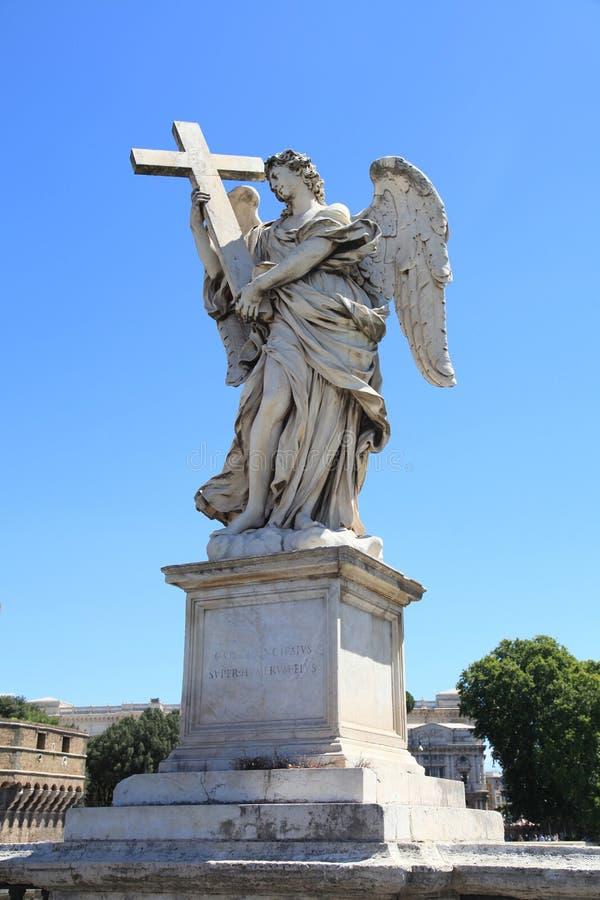 Anioł z Świętym krzyżem od Ponte Sant ` Angelo mosta, Rzym, I zdjęcia stock
