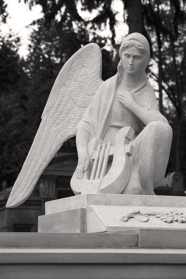 Anioł z harfą Rzeźba przy Lviv cmentarzem fotografia royalty free