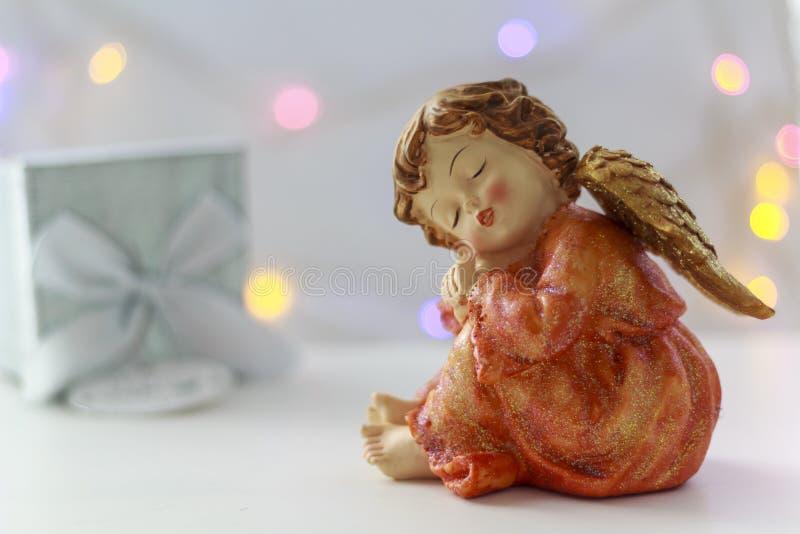 Anioł z prezenta pudełkiem na tle zdjęcie stock