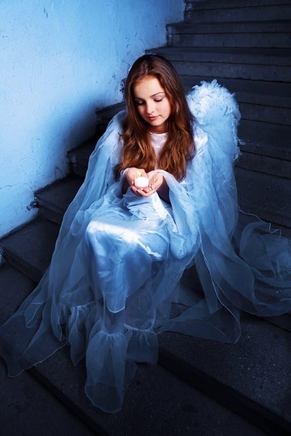 anioła świeczki siedzący schodki obraz stock