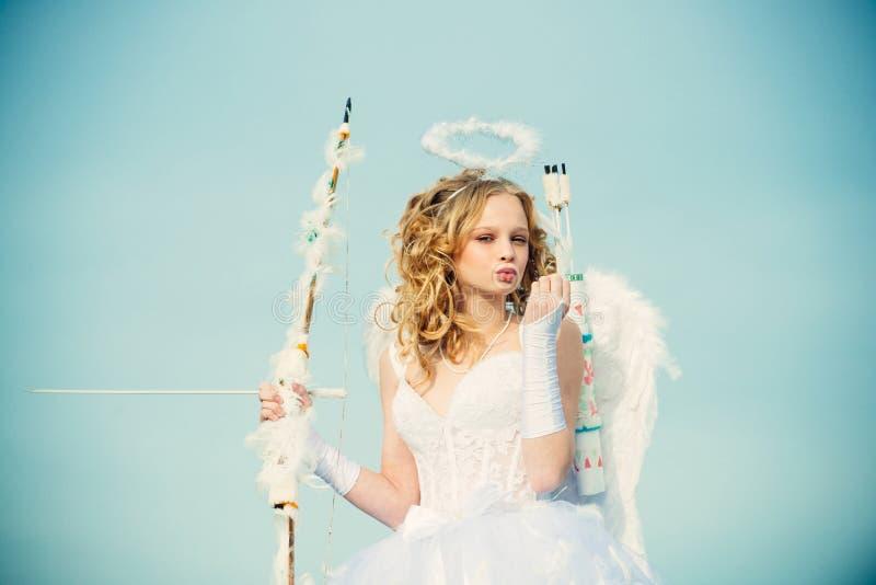 Anioła dziecka dziewczyna z kędzierzawym blondynka włosy Mały anioł w miłości ?wi?teczny sztuki kartka z pozdrowieniami Nastolatk fotografia royalty free