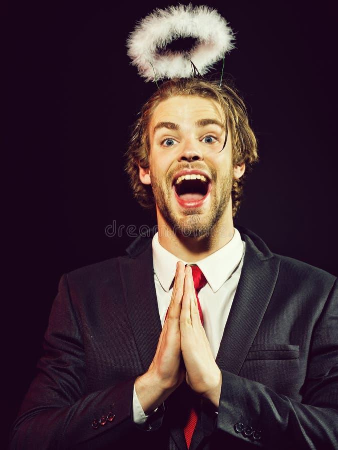 Anioła facet, szczęśliwy mężczyzna z białego piórka halo above głową obraz stock