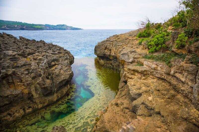 Anioła ` s Billabong jest naturalnym nieskończoności basenem na wyspie Nusa Penida, Bali, Indonezja obraz royalty free