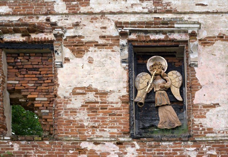 Aniołowie z trąbki dekoracją na starym budynku obrazy stock