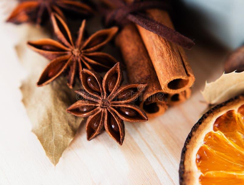 Anis, cannelle et vin chaud orange de préparation d'ingrédients image libre de droits