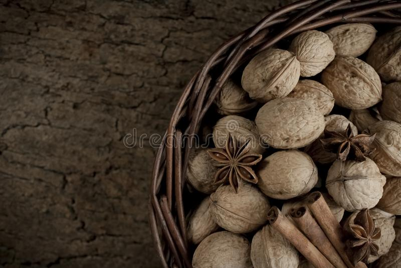 Anis d'étoile et bâtons de cannelle dans un panier des noix photographie stock libre de droits