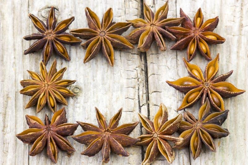 Anis de estrela no fundo de madeira fotografia de stock