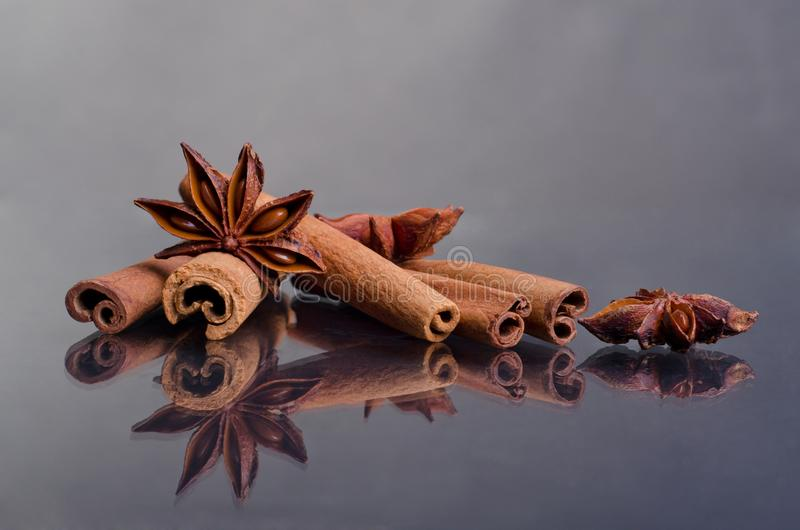 Anis et cannelle, ingrédients pour le vin chaud de préparation photographie stock