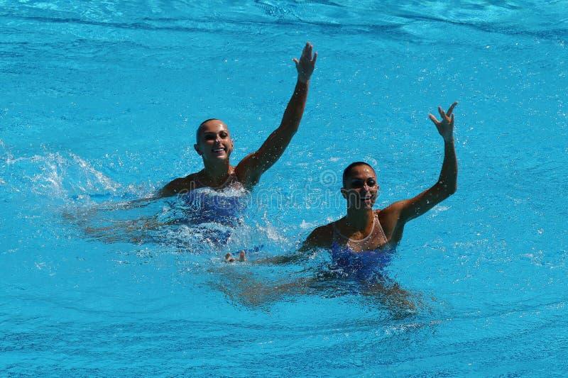 Anita Alvarez i Mariya Koroleva drużynowy usa współzawodniczymy podczas synchronizującej pływackiej duet swobodnie rutynowej czyn zdjęcia royalty free