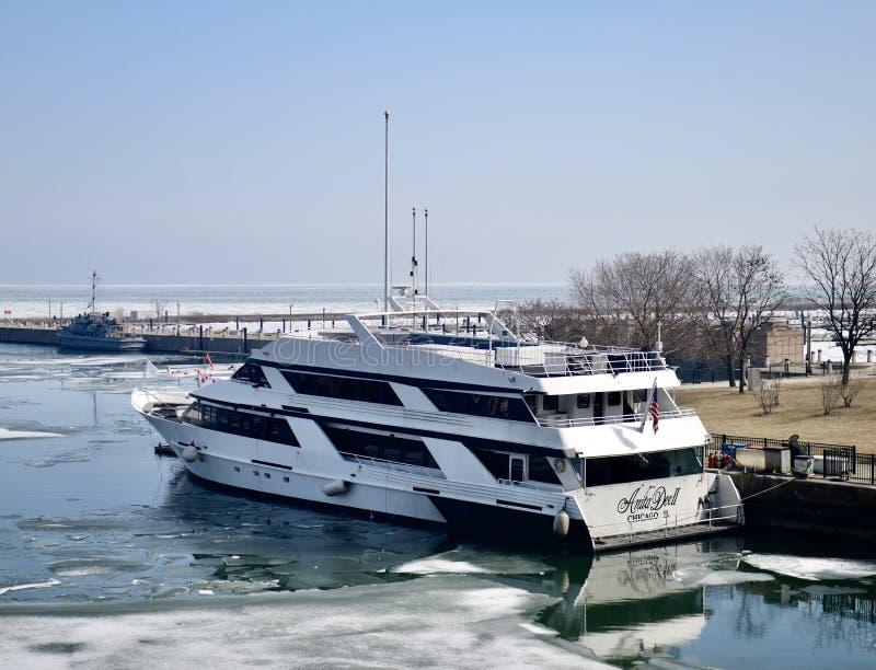 Anita Dee II sur la rivière Chicago répandue par glace image libre de droits