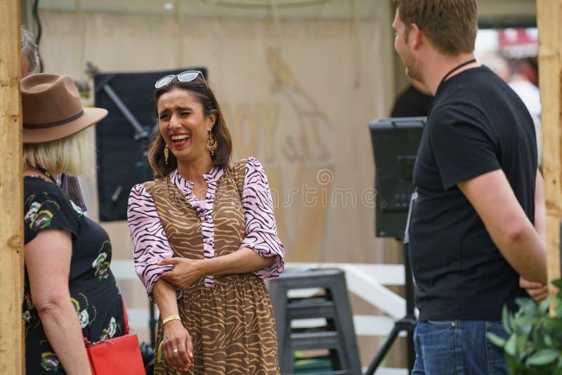 Anita Rani TV podawca Cieszy się dowcip zdjęcia stock