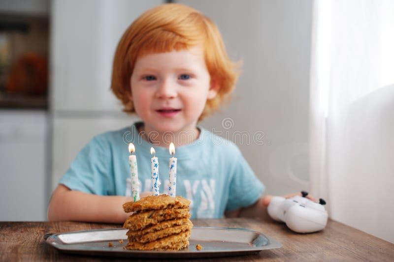 Aniversário da criança, três velas fotografia de stock