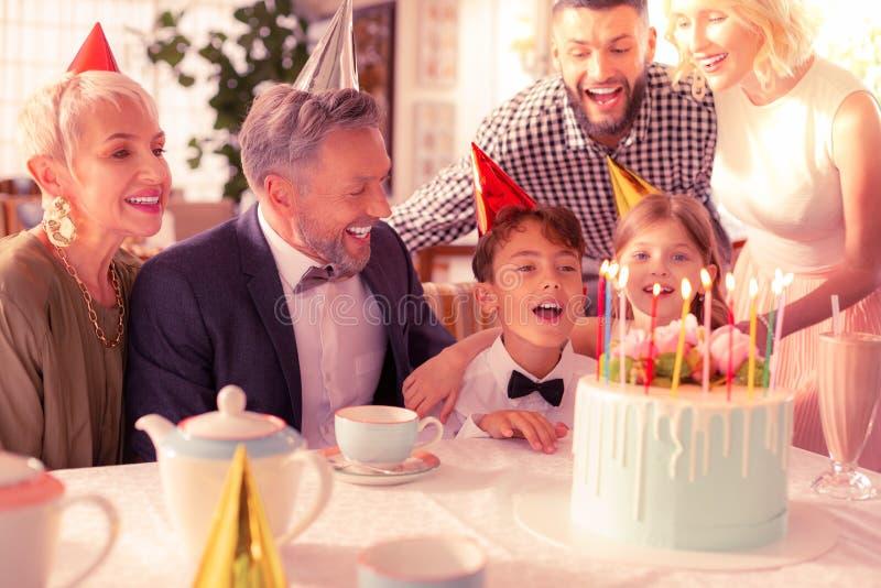 Aniversário da despesa do menino do aniversário com sua família feliz grande fotos de stock