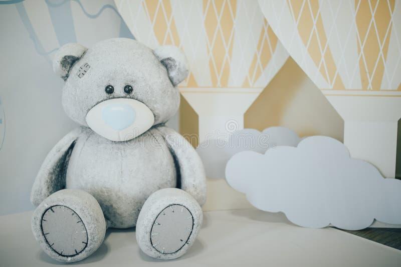 aniversário das crianças Decorações de um aniversário do ano teddy imagens de stock