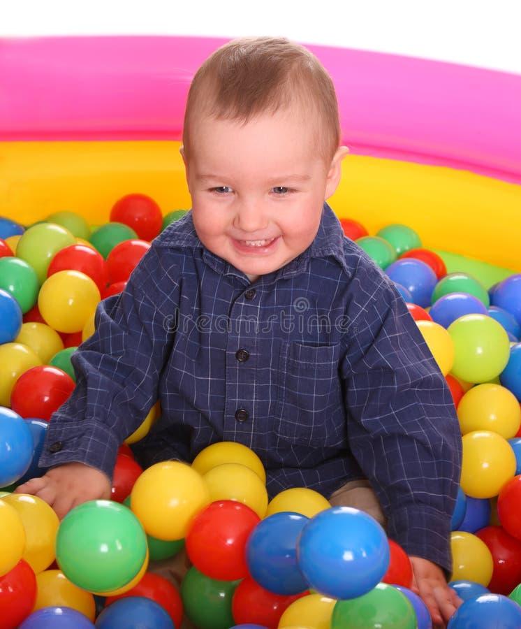 Aniversário do menino do divertimento nas esferas. imagens de stock royalty free