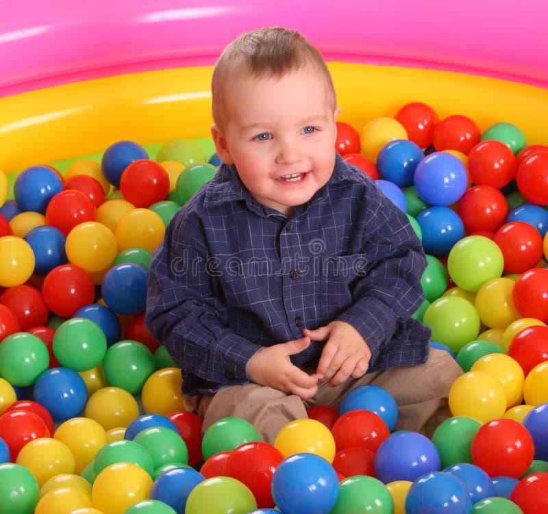 Aniversário do menino do divertimento nas esferas. imagem de stock