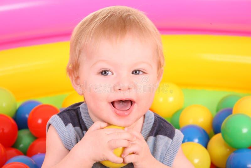 Aniversário do menino do divertimento nas esferas. imagem de stock royalty free