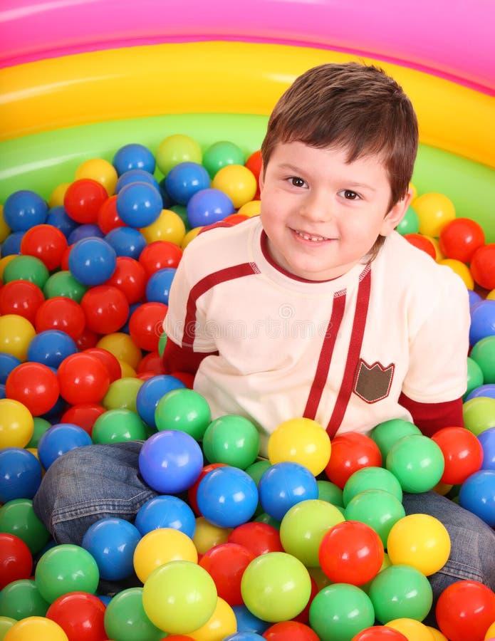 Aniversário do menino em esferas da cor. imagem de stock