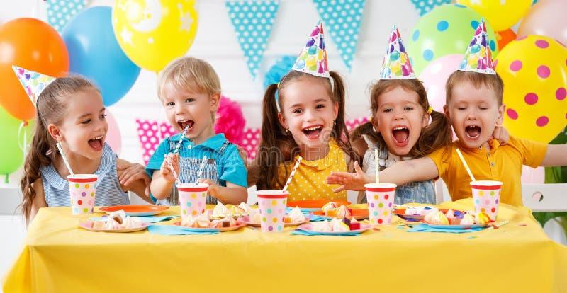 Aniversário do ` s de N crianças felizes com bolo fotografia de stock