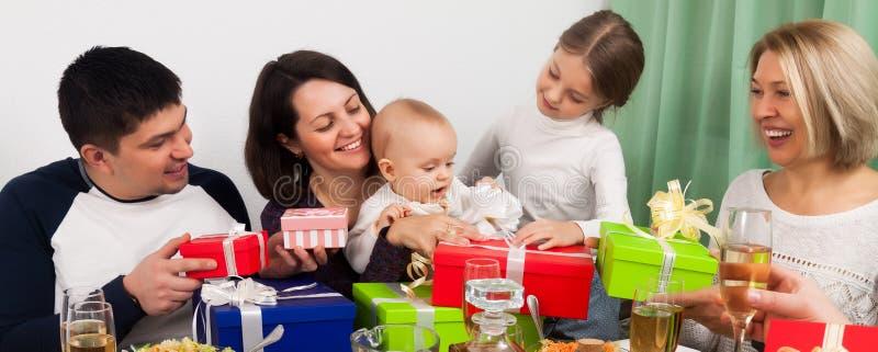 Aniversário do ` s do bebê com família grande fotografia de stock