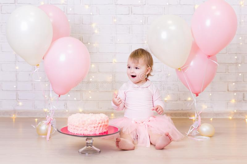 Aniversário e conceito da felicidade - menina feliz com bolo e foto de stock royalty free