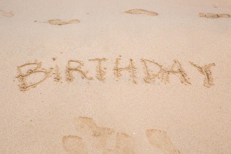 Aniversário escrito na praia da areia foto de stock royalty free