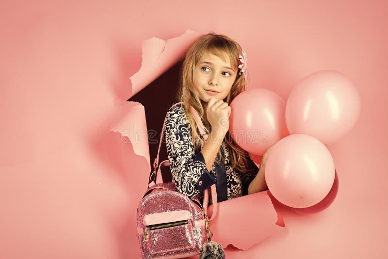 Aniversário, felicidade, infância, olhar Criança com balões, aniversário Beleza e forma, cores pastel punchy Menina com fotos de stock