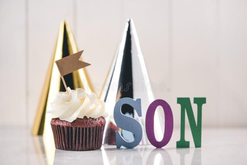 Aniversário para o bebê ou o filho Queque criativo delicioso e dezembro foto de stock