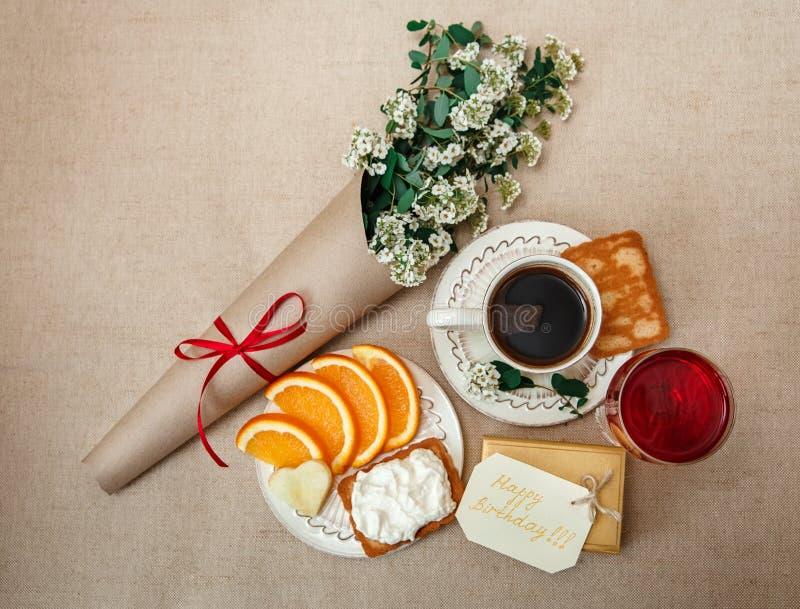 Aniversário romântico BreakfastCup saudável do café, laranja do corte, Bis fotos de stock royalty free