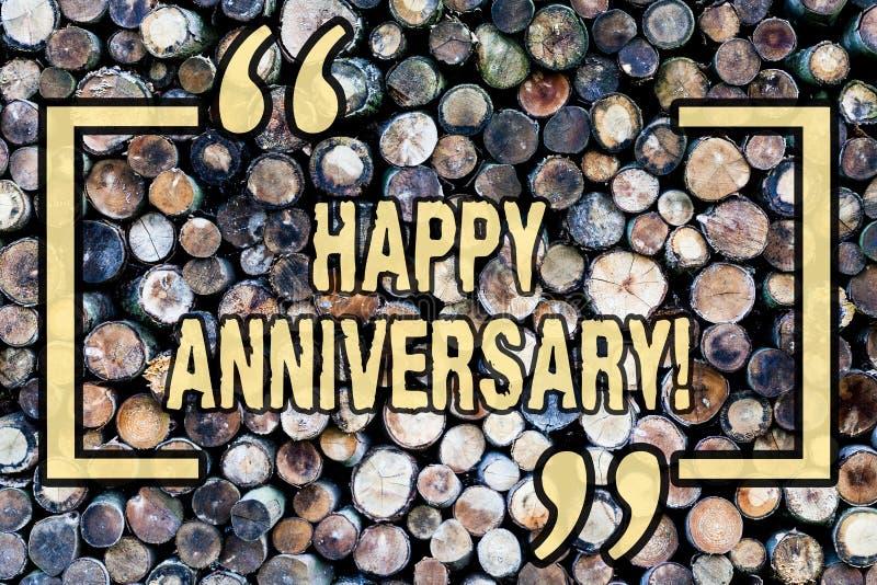 Aniversario feliz del texto de la escritura de la palabra Concepto del negocio para el fondo de madera de la conmemoración especi imagen de archivo