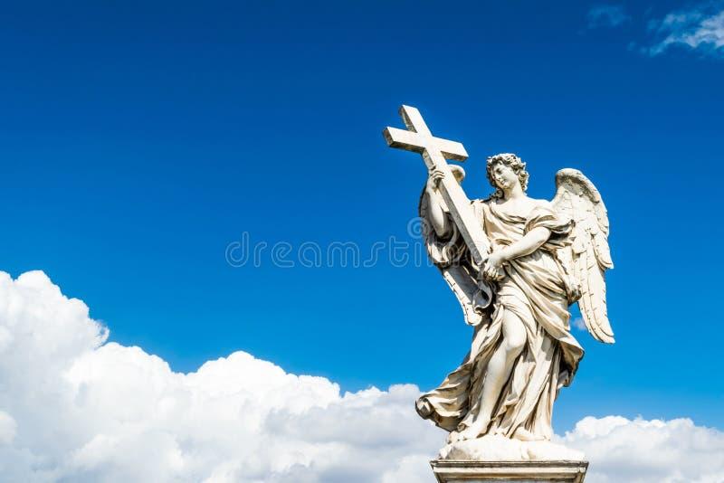 Anjo bonito com cruz na ponte de Saint Angelo Castle, Roma fotografia de stock royalty free