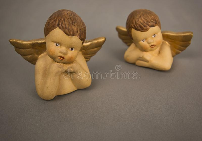 Anjo com as asas marrons do cabelo e do ouro imagens de stock royalty free