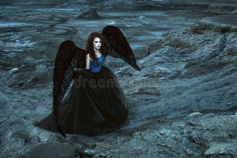 Anjo com asas pretas fotografia de stock royalty free