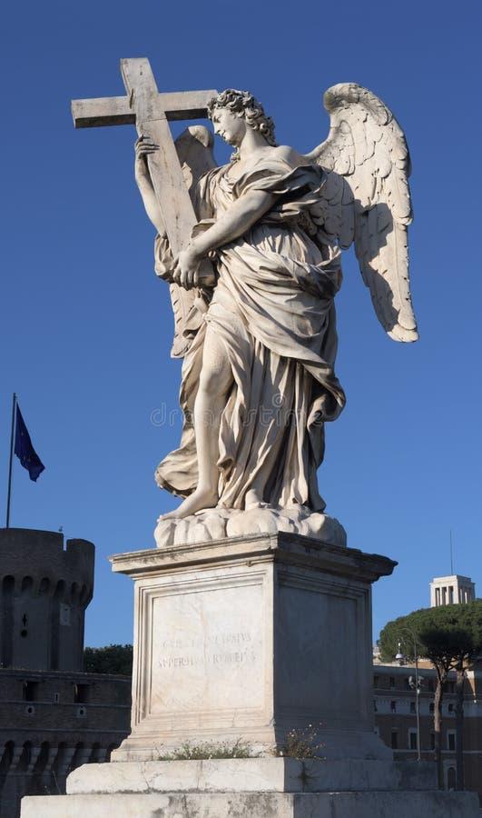 Anjo com a Cruz na Ponte de Angels Ponte Sant`Angelo, Roma, Itália fotos de stock