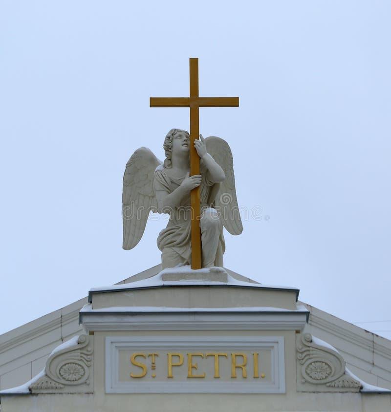 Anjo com uma cruz nos telhados da igreja luterana de St Peter e de Paul fotografia de stock royalty free
