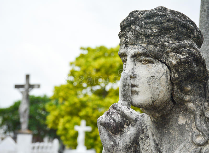 Anjo concreto sobre a lápide no cemitério foto de stock