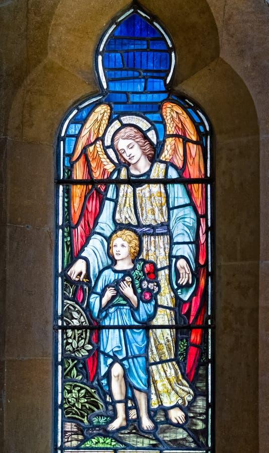 Anjo da guarda com a janela de vitral da criança fotos de stock royalty free