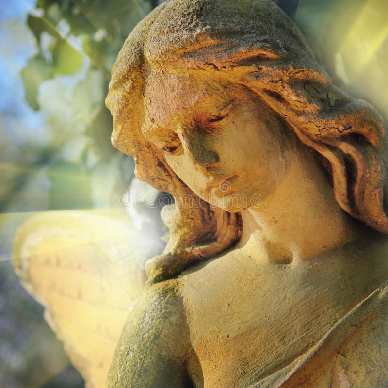 Anjo da guarda dourado da estátua antiga na religião da luz solar, fotos de stock