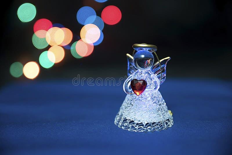 Anjo de vidro que guarda o coração fotos de stock