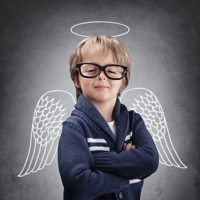 Anjo do menino de escola com asas e halo fotos de stock royalty free