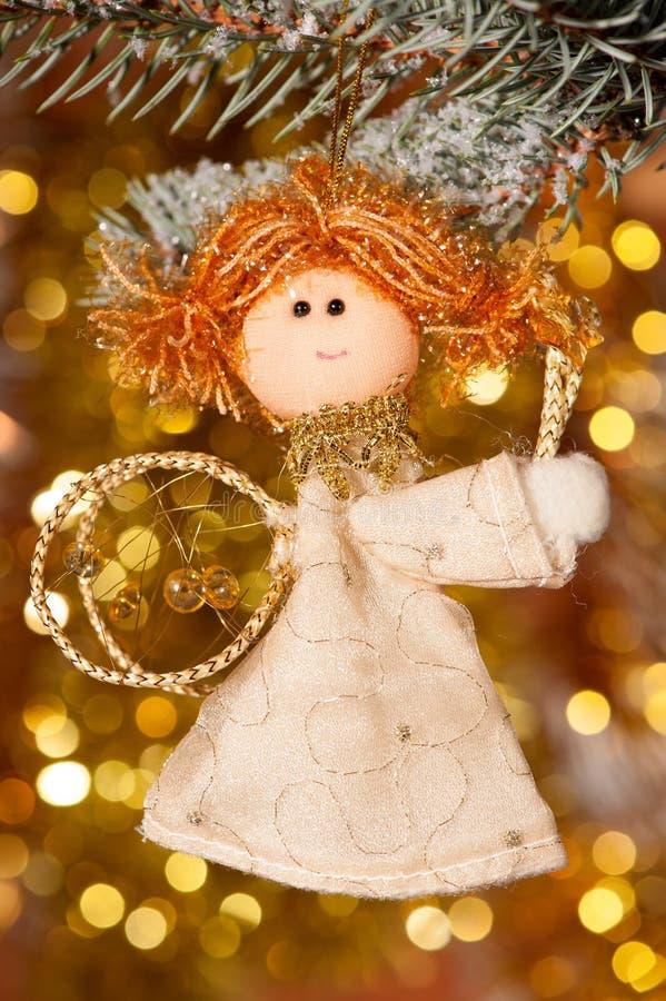 Anjo do Natal na filial de árvore do abeto foto de stock royalty free