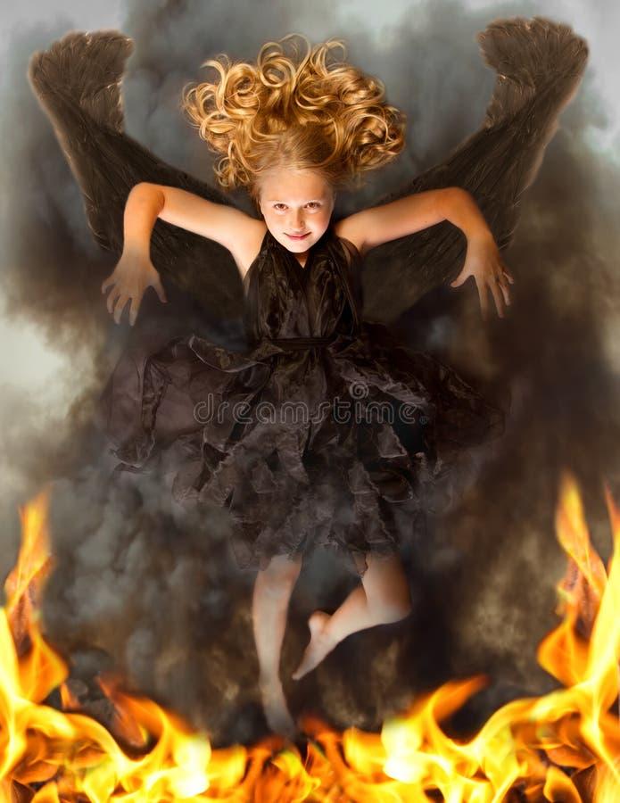 Anjo escuro novo que levanta-se das flamas fotos de stock