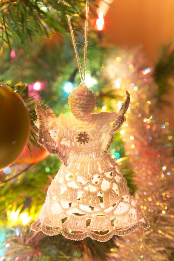 Anjo feito à mão bonito na árvore de Natal foto de stock royalty free