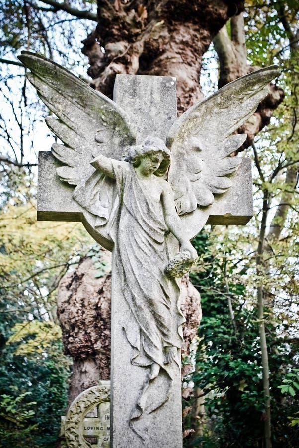 Anjo na estátua transversal fotografia de stock royalty free