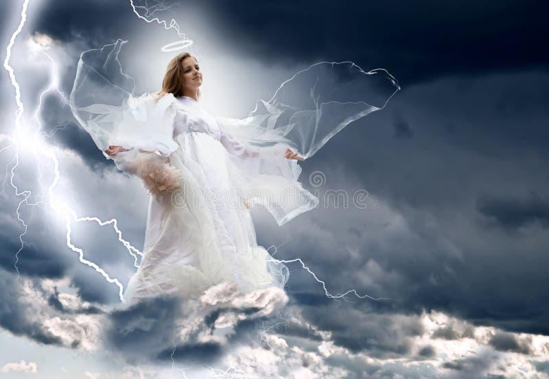 Anjo na tempestade do céu imagens de stock royalty free