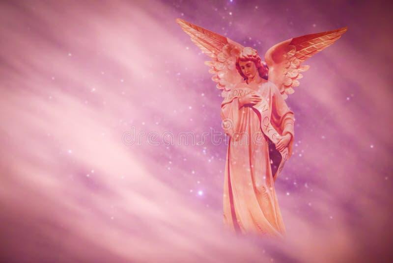Anjo no céu sobre o fundo roxo fotografia de stock royalty free