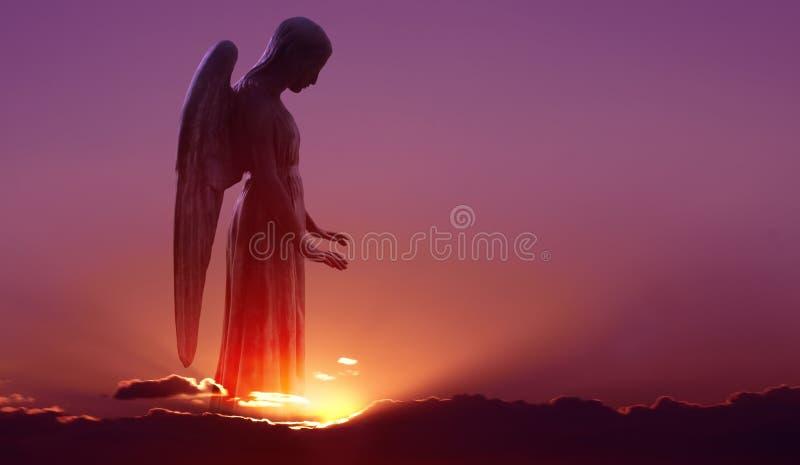 Anjo no céu sobre o fundo roxo do céu fotografia de stock